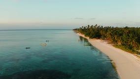 在热带海岛的五颜六色的日落 股票录像