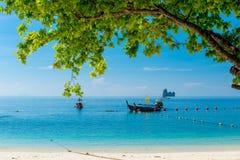 在热带海岛的岸的附近小船在安达曼海, 库存图片