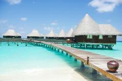 在热带海岛的水别墅马尔代夫的 图库摄影