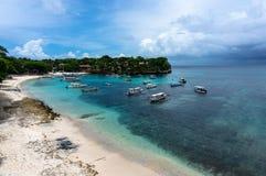 在热带海岛美丽的小海湾的小船  免版税库存照片