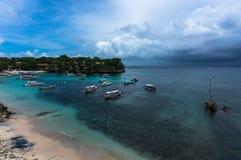 在热带海岛美丽的小海湾的小船  库存图片