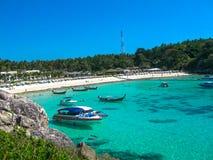 在热带海岛酸值Racha亚伊的美丽的海滩 免版税库存照片