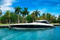 在热带海岛附近的豪华速度游艇在迈阿密,佛罗里达 库存图片