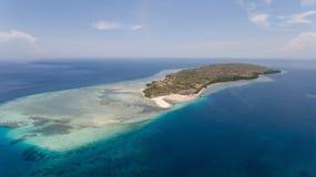 在热带海岛Menjangan上的鸟瞰图美丽的海滩 巴厘岛,印度尼西亚 免版税图库摄影