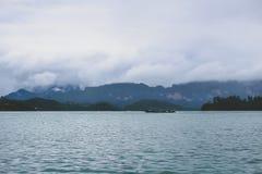 在热带海岸的小船在一有雾的天 库存照片
