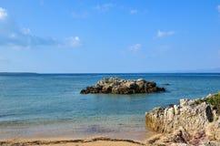 在热带海岸的岩石 免版税库存图片