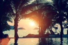 在热带海岸的惊人的日落放松 免版税库存图片