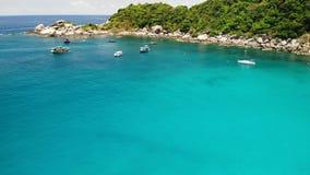 在热带海湾的游船 漂浮在风平浪静水的游船和snorkelers寄生虫视图有潜水者的在Hin 股票录像