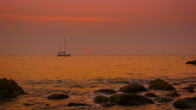 在热带海湾的游艇。在海洋的日落 影视素材
