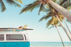 在热带海滩停放的葡萄酒汽车 库存照片