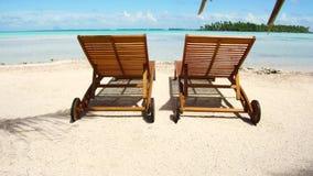 在热带海滩的两sunbeds在法属波利尼西亚 影视素材