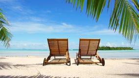在热带海滩的两sunbeds在法属波利尼西亚 股票视频