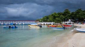 在热带海滩的多暴风雨的天气 图库摄影