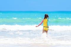 在热带海滩的孩子戏剧 沙子和水玩具 图库摄影