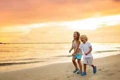 在热带海滩的孩子 儿童使用海上 库存图片