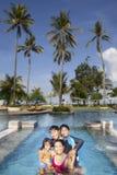 在热带海滩的家庭度假 免版税库存图片