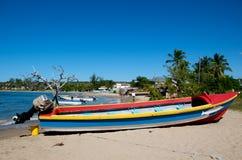 在热带海滩的小船 免版税库存照片