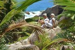 在热带海滩的年长夫妇休息 库存照片