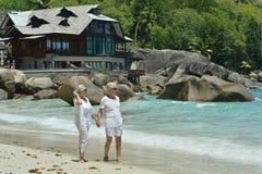 在热带海滩的年长夫妇休息 库存图片