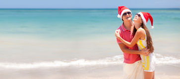 在热带海滩的新美好的夫妇 免版税库存图片