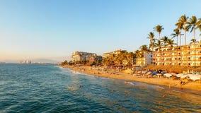 在热带海滩的日落 库存图片