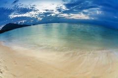 在热带海滩的晚上 免版税库存照片
