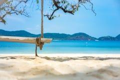在热带海滩的木摇摆为夏天和假期 免版税库存图片
