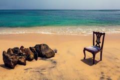 在热带海滩的椅子和岩石 免版税库存图片