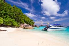 在热带海滩的汽船Similan海岛 库存图片