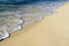 在热带海滩的海浪 库存图片