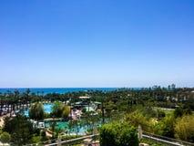在热带海滩的游泳池 库存照片