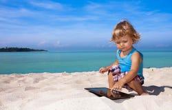 在热带海滩的滑稽的比赛 免版税库存照片