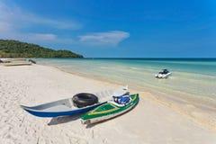 在热带海滩的皮船 免版税库存图片