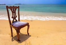 在热带海滩的老,时髦,木椅子在Unawatuna, Sri L 免版税库存图片