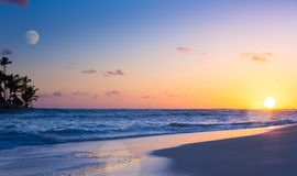 在热带海滩的艺术美好的日落 免版税库存照片