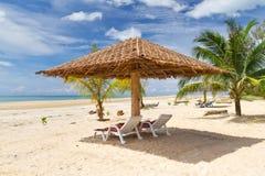 在热带海滩的遮阳伞 免版税库存照片
