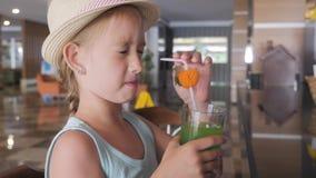 在热带海滩胜地的儿童女孩饮用的鸡尾酒 股票录像