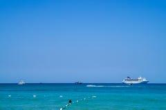 在热带海的大豪华马达游艇 免版税库存图片