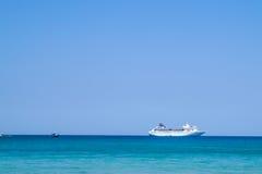 在热带海的大豪华马达游艇 库存照片