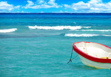 在热带海的小船 免版税库存照片