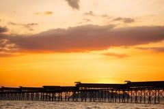 在热带海的美好的燃烧的日落海滩风景后边 免版税图库摄影