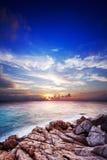 在热带海运的日落 库存照片
