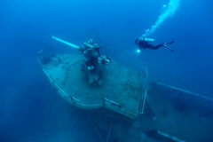 在热带海,一艘凹下去的船的大炮塔运输击毁有s的 库存照片