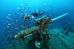 在热带海,一艘凹下去的船的大炮塔运输击毁有s的 图库摄影