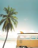 在热带海滩停放的汽车 免版税库存图片