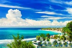 在热带海滩巴厘岛,印度尼西亚的顶视图 免版税库存照片