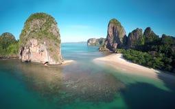 在热带海滩和岩石,泰国的鸟瞰图 免版税库存照片
