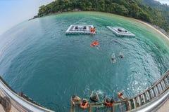 在热带海滩和海洋的白点视图 免版税库存图片