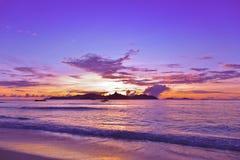 在热带海滩-塞舌尔群岛的日落 免版税图库摄影