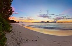 在热带海滩-塞舌尔群岛的日落 库存图片
